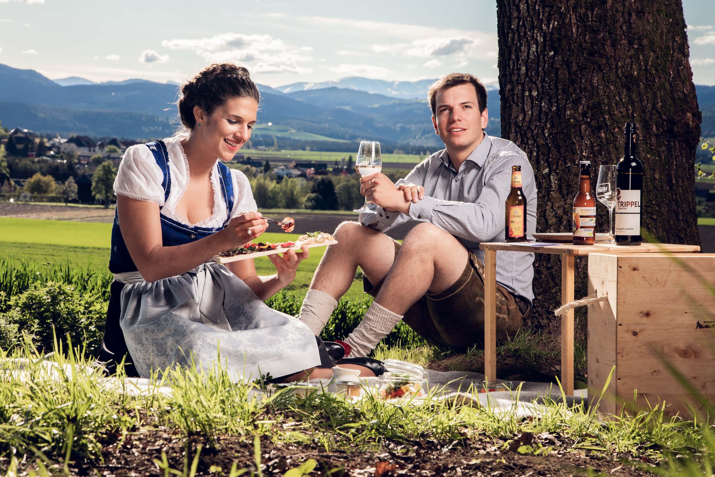 Picknick zu zweit in freier Natur mit dem Genusskorb vom Marktplatz Mittelkärnten