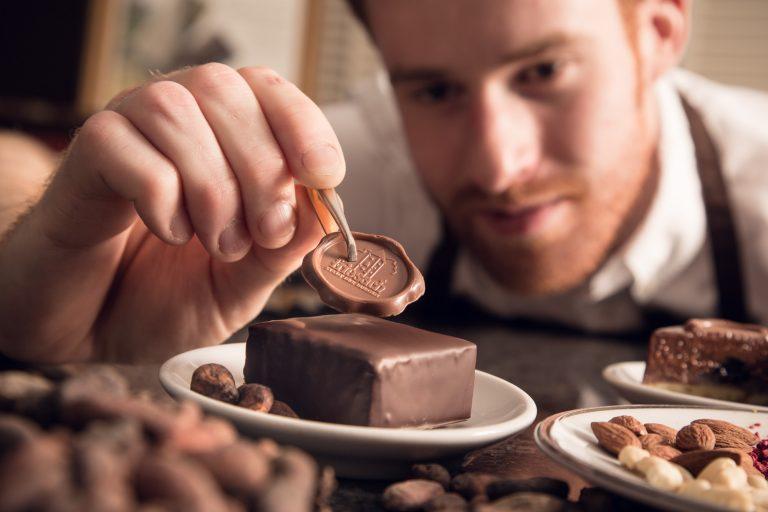 Torten veredeln in der Schokoladen Erlebnis-Manufaktur Craigher